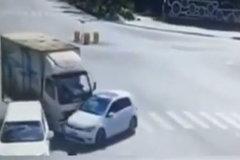 货车与小轿车互不相让撞到一起,货车竟将小车拖行十余