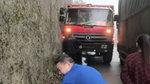 两辆大货车在狭窄山路会车逼不得已 恨自己不能飞檐走壁