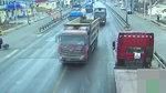 """上路不挂牌 两辆大货车疯狂逃窜撞警车 像在开""""坦克"""""""