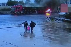 狱警路遇货车着火,5次重返火场灭火,灭火后被送医