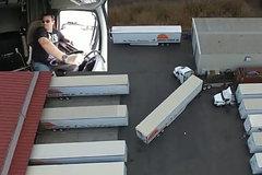 货车老司机又开始炫技了!开着这么长的车倒车入库
