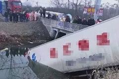 货车为避让转弯的半挂车 失控冲进河中 司机被困驾驶室