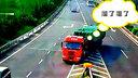 他指挥35吨大货车高速上倒车 突然货车加速心都凉了