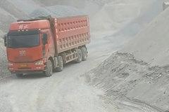 重型大卡车,装载80吨碎石摇摇晃晃,小车尽量别靠近