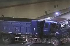 """货车失控""""漂移""""停在隧道内,这时一辆大货车撞了过来"""
