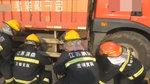 骑车男子躲过一劫:被轿车撞倒,又被货车带到车底竟然没事