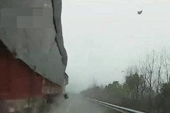 孩子尿急在高速违停,刚停下就被大货车剐蹭,交警:大货车主责