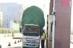 轻型货车斗内拉着超高货物被交警拦停,司机:这不算高