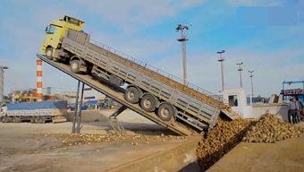 这才是真正的卸货!看完大货车的卸货过程我服了!