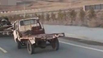 """颠簸似""""跳舞""""的小货车  司机在里面是什么姿势???"""
