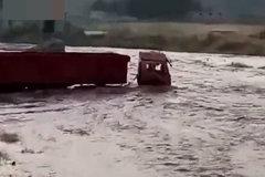 """真硬!大货车当船使,强行""""渡河""""被困水中,现场上演铲车救援"""