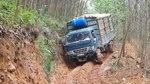 山林里,路上车辙这么深的路,大车开过去就容易打滑!
