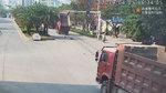 大货车另类过红绿灯路口,导致红绿灯损坏,司机表示很郁闷