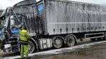 你见过这种货车清洗服务?一人两个工具完成超长货车,你不点赞?