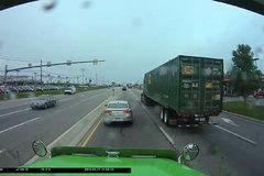 前面小车的这个举动,把卡车司机气得够呛