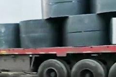 谁说钢卷不能平放,看看这辆大货车,完全不担心固定的松紧程度!