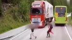 千钧一发,大货车的这个举动救了一家人!