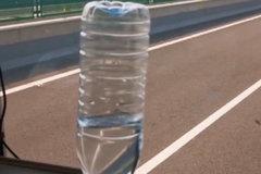 在时速95公里/小时的卡车上立矿泉水瓶,你的卡车可以