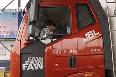 这辆鄂A集卡在上海经历了一场温暖的物资接力