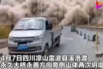 惊险!与死神擦肩而过 山体坍塌前几秒两辆卡车刚好驶过