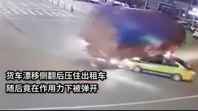 货车路口上演漂移压住出租车后被弹开 出租车:那一刻我害怕极了
