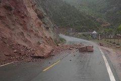 开着轻卡进西藏 雨天遭遇悬崖落石 能不能躲过去看运气