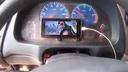 这是什么操作 边开车边开着动画片 货车司机:防止犯困