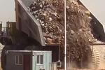 矿山车卸货就是豪横 就差直接把房埋了