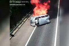 小货车高速翻车起火 热心男子猛踹4脚救出3人 后怕但不后悔