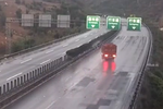 雨天路滑 开车需谨慎 四辆货车同一路段打滑