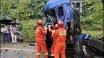 两货车相撞车厢严重变形 货车司机不知能否救出
