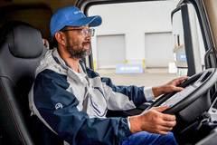 开车绝对不是比速度! 26年驾龄老司机笑谈节油经验 预见性驾驶很重要