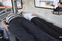 HOWO新统帅的双人床有多大?两个成年靓仔可以一起睡!