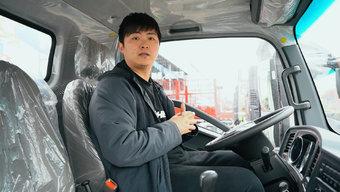 """仅1米88宽的驾驶室!HOWO小金牛能装下""""大汉""""吗?"""