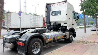 侧置双气瓶更安全!LNG牵引车底盘布置向国外看齐