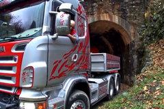 斯堪尼亚拖车运输水轮机过隧道!没20年驾龄都别敢想