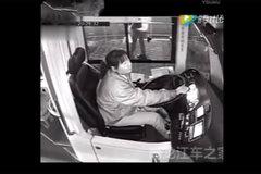 女司机在事故发生一瞬间 做了这件事让无数网友感动