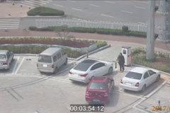 这绝活没谁了!女司机停不进车位竟用手抬!哈哈