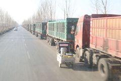 上百辆大货车排队数公里等卸货 看着都让人心酸