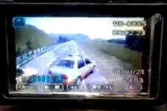 监拍!2执法车别大货车被撞!货车司机拿撬棍冲过去