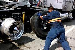 牛人2分钟安装卡车轮胎 这速度真是神了