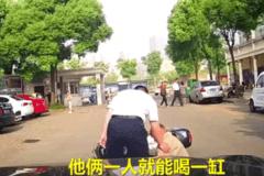 大爷街头心太急,开车路上失前蹄!