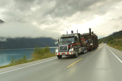 开车还要小心野生动物 加拿大司机的大件运输生活