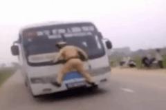 越南司机不怕交警  场面堪称大片!