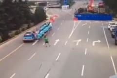 一群晨练老太霸占道路,遭遇女司机!悲剧发生了