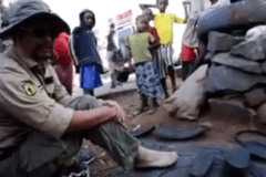 致富方法!非洲小哥用旧轮胎定制鞋子 5元人民币一双