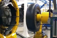 卡车轮胎是戴套的?奇妙的轮胎翻新过程