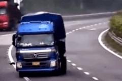 高速路上大货车危险驾驶  这次扣100分都不为过