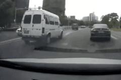 开车走神太风骚 撞车不忘抢红包!