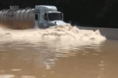 霸气大卡车过河 真是勇敢的司机!